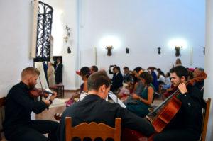 Trío musical en ceremonia religiosa